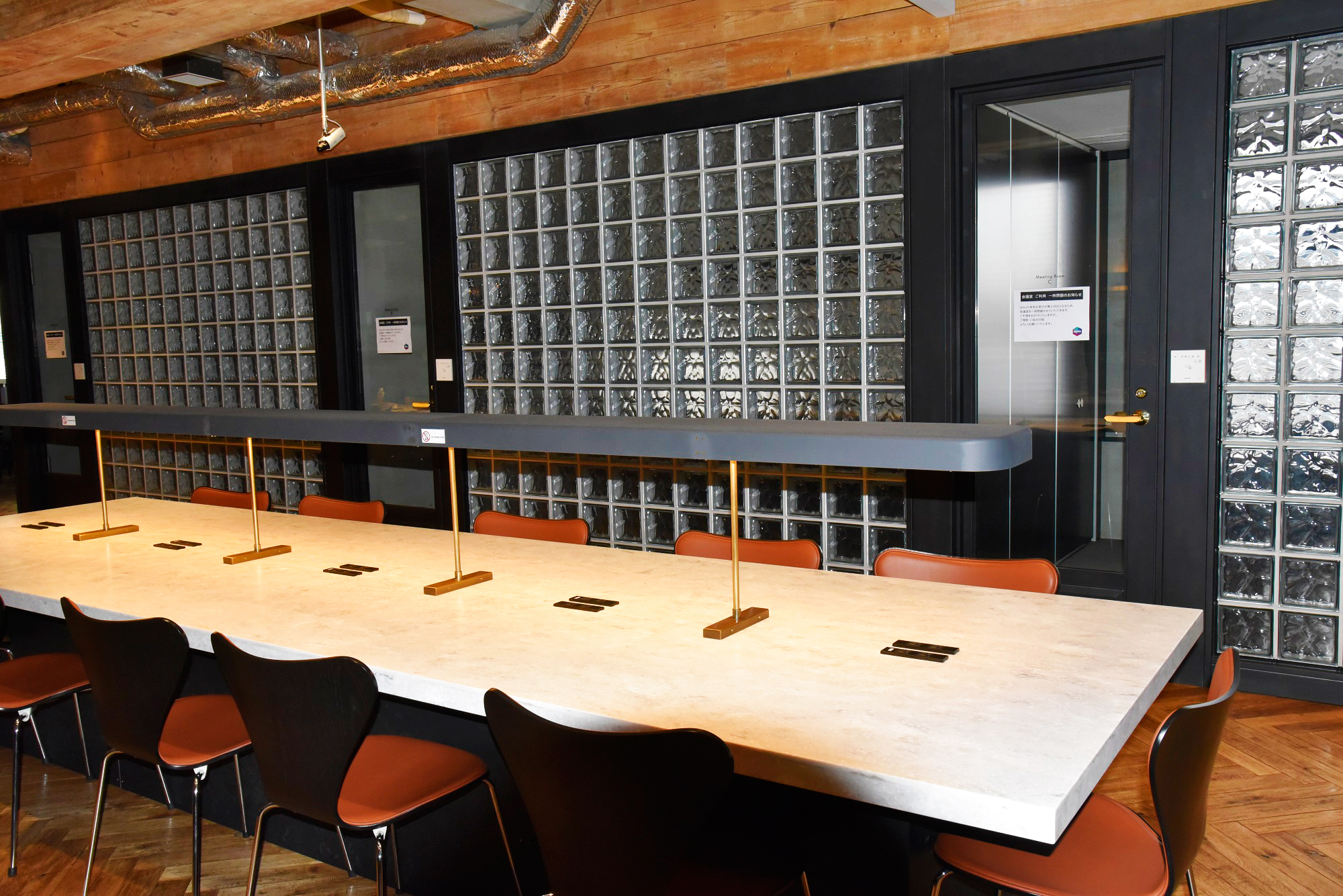 コワーキングスペース(ボックス席、会議室側)